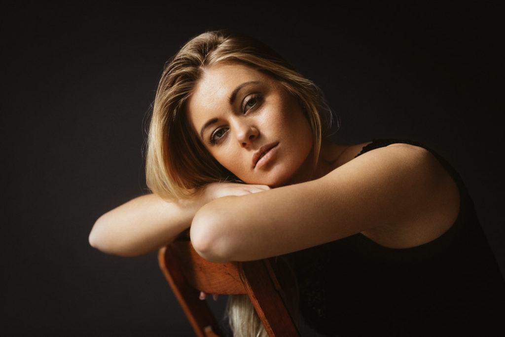 Portrait-Aufnahme mit Stuhl.