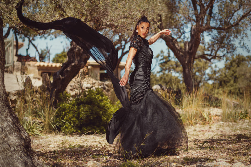 Model im schwarzen Kleid.
