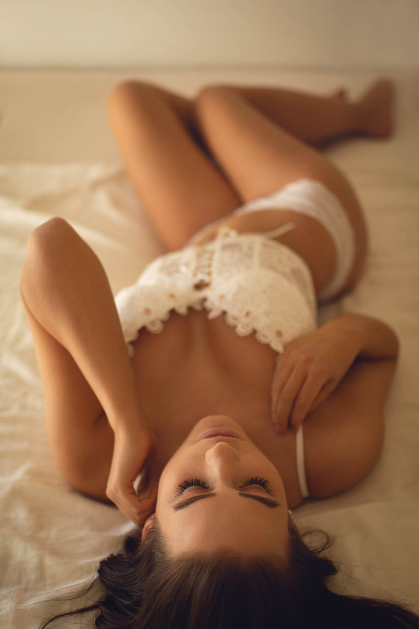 Model mit weißen Dessous im Hotelzimmer.